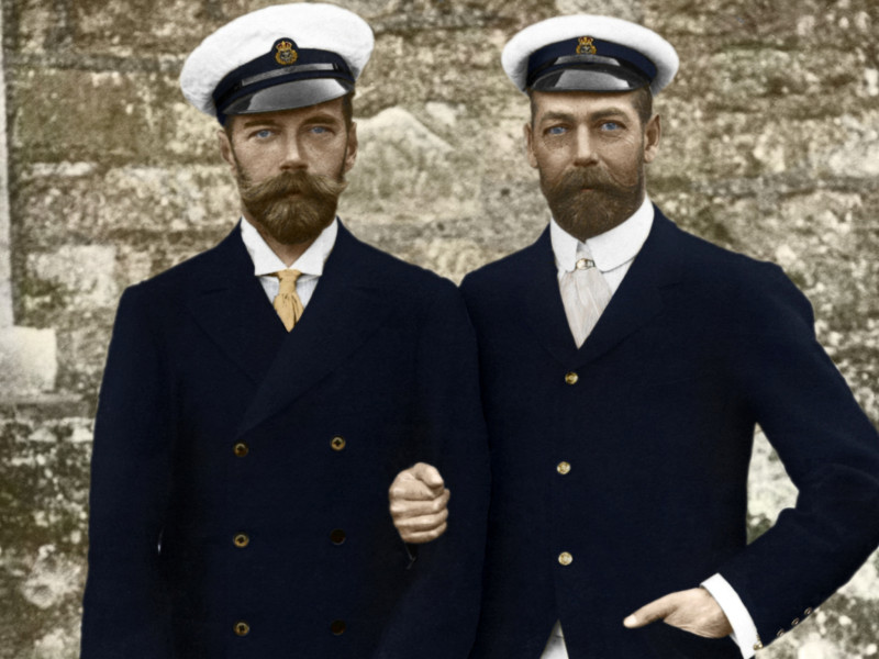 There's a remarkable resemblance between Tsar Nicolas II (left) and the British monarch George V (right). They are first cousins: they have the same grandmother, Queen Victoria.